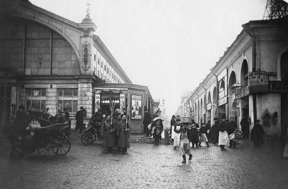На снимке запечатлены царские солдаты на одной из улиц Санкт-Петербурга в 1905 году. Первая русская революция уже началась. Толчком к ней послужило Кровавое воскресенье, когда императорские войска расстреляли мирную демонстрацию рабочих. Продолжались массовые выступления против монархии два года