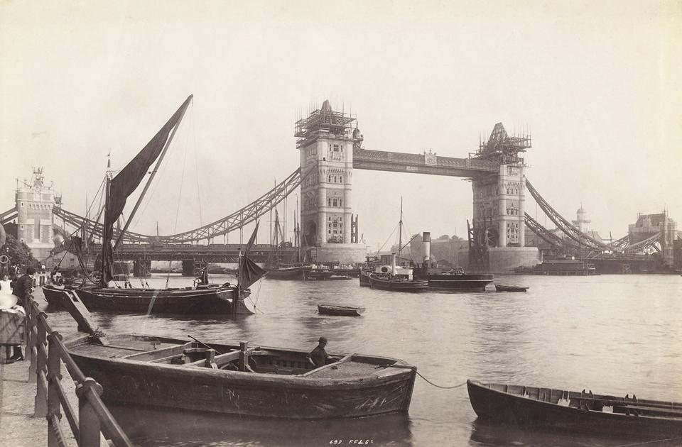 Тауэрский мост стал символом Лондона чуть более 100 лет назад. Во второй половине XIX века конное и пешеходное движение в районе порта в Ист-Энде настолько возросло, что решено было соорудить новую переправу. Строительство началось в 1886 году и шло восемь лет. Перейти на ту сторону реки можно было и по верхнему ярусу: в башнях располагались лестницы и лифты. Однако пешеходы предпочитали нижний ярус. В 1910 году верхнюю галерею закрыли, но открыли снова в рамках выставочной экспозиции в 1982 году