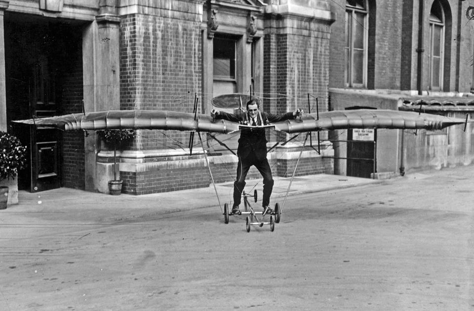 Человек-самолет на авиашоу в июле 1920 года