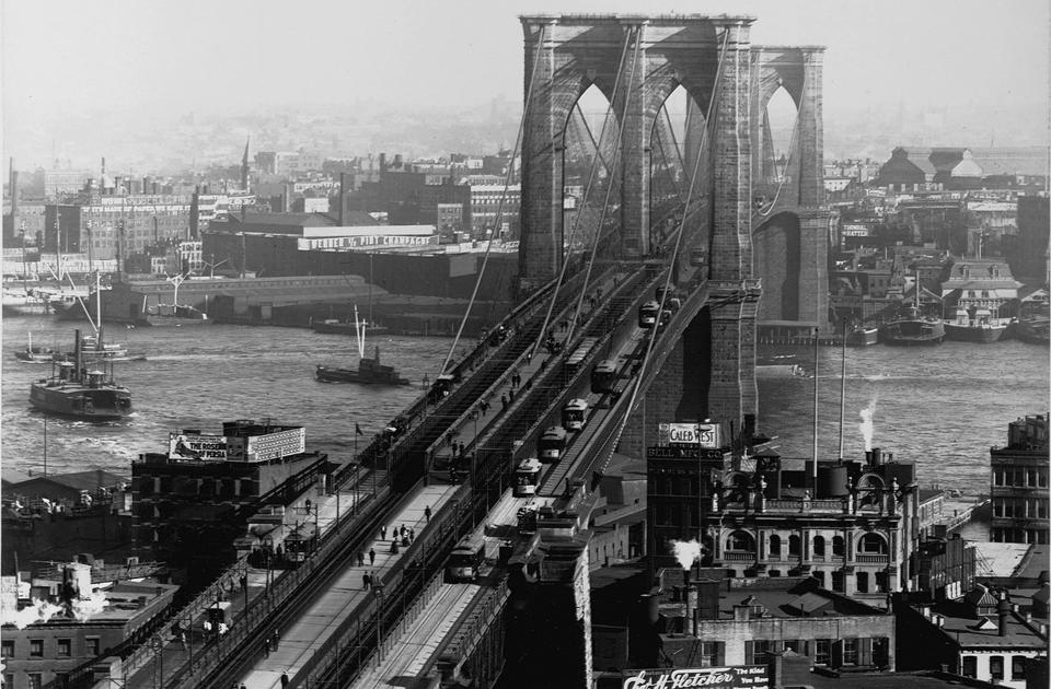 Бруклинский мост — один из старейших висячих мостов США, а на момент окончания строительства (1883 год) он являлся самым большим висячим мостом в мире и первым, в конструкции которого использовались стальные тросы. Проект инженера Джона Рёблинга был уникальным для своего времени. И сейчас его творение соединяет Бруклин и Манхэттен в Нью-Йорке