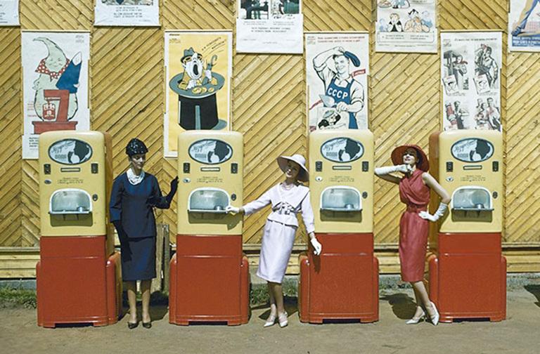 Модели Dior позируют у автоматов АТ-14 в парке Горького, 1959 год