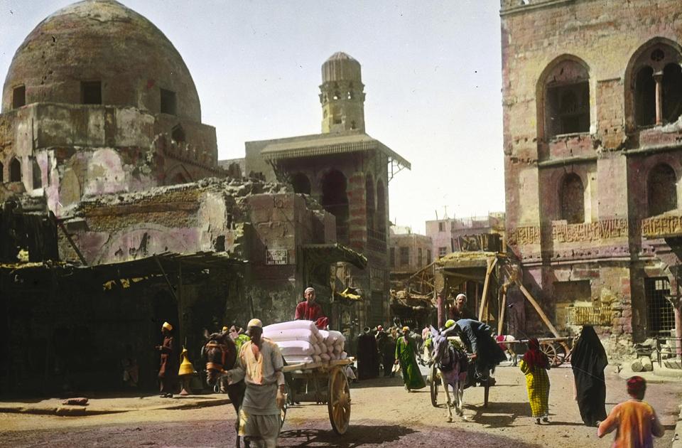 Мечеть султана Хасана была построена в XIV веке, чтобы правители Каира могли совершать в ней свои пятничные молитвы. Когда в XIX веке в Египте был установлен британский колониальный режим, мечеть переживала не лучшие дни. Османы сняли большую часть мраморных панелей, а входы между колоннами заштукатурили, чтобы сформировать стены тюремных камер и складских помещений. За ремонт мечети взялись британцы-любители
