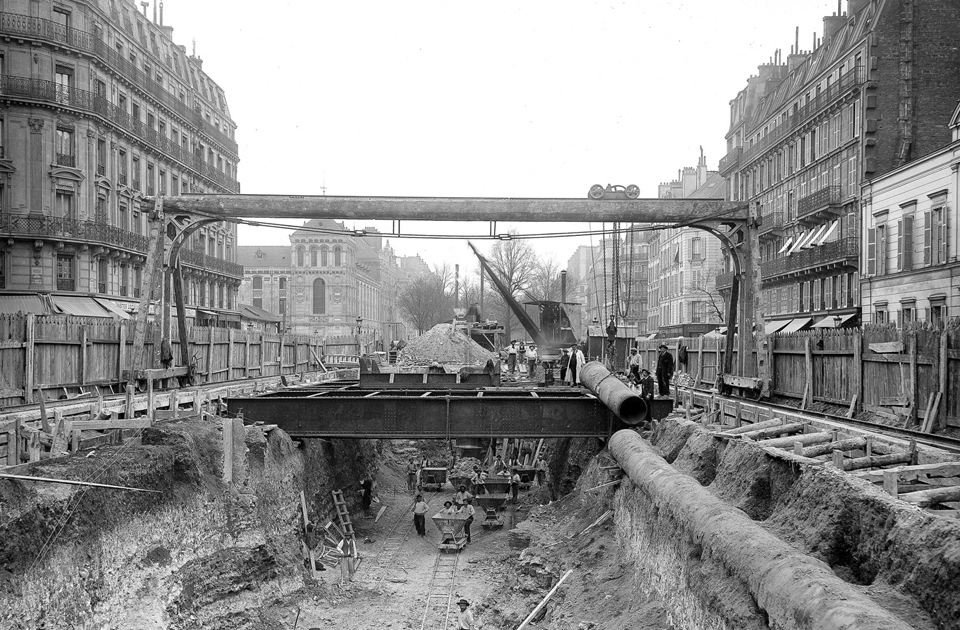 Идея строительства метро в Париже родилась в 1845 году. Изначально речь шла о грузовых перевозках. Но транспортная ситуация в городе ухудшалась, а Всемирная выставка 1900 года приближалась. И первая линия метро открылась как раз в преддверии мероприятия