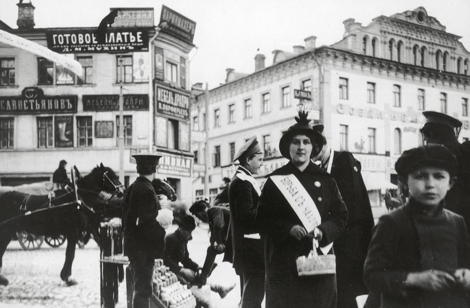Это сейчас Арбат является главной пешеходной улицей Москвы. В 1880-х по нему ездили конные экипажи, а в 1908 году был пущен электрический трамвай