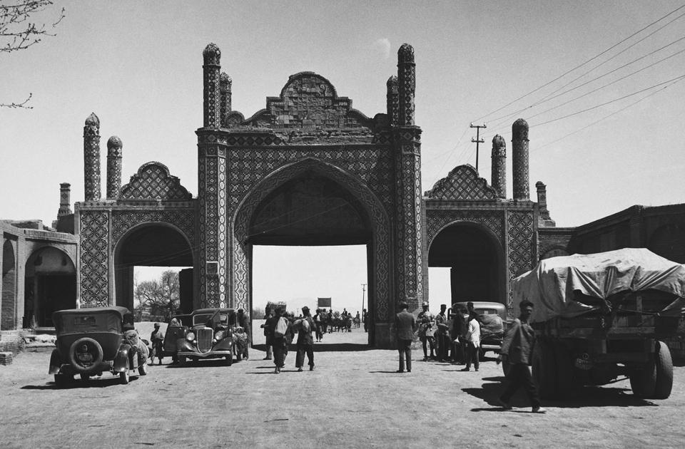 Казвин (Иран) когда-то окружали девять ворот, служившие пропускными пунктами. Уже к концу XIX века из них сохранилось двое. Тегеранские, изображенные на снимке, вели в Тегеран и Рей, который ныне является пригородом первого