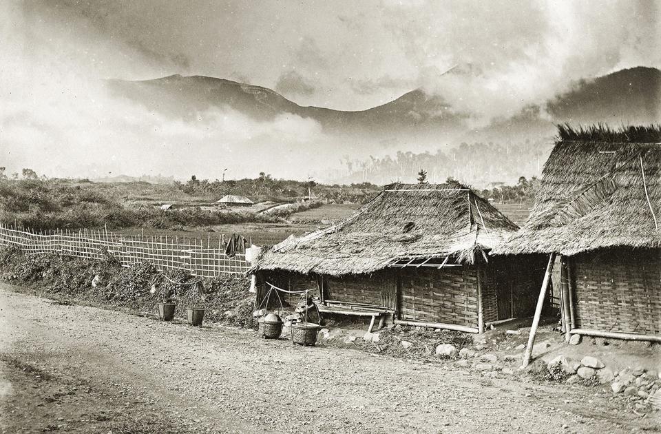 На территории Индонезии уже в Средние века можно было встретить жилища разных форм — от тростниковых хижин до легких свайных домов или больших общинных, с высокой крышей. На фотографии — пригород Джакарты, где тростниковые крыши жилищ создают навесы, предохраняющие стены от дождя и палящего солнца. Век назад они встречались преимущественно в сельской местности, сейчас и того реже