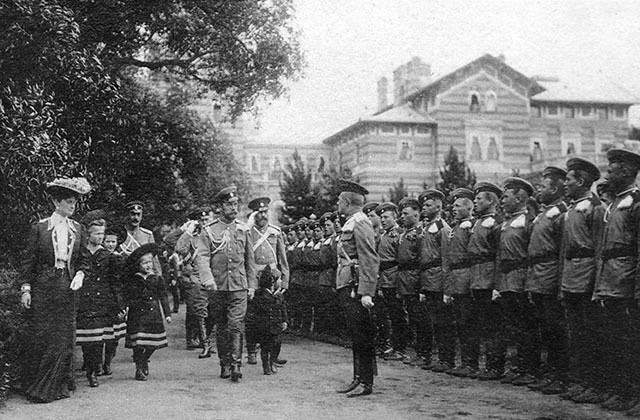 Император Николай II с семьей и свитой принимает парад у Нижней дачи в Александрии. 1907–1908 годы. ГМЗ «Петергоф»