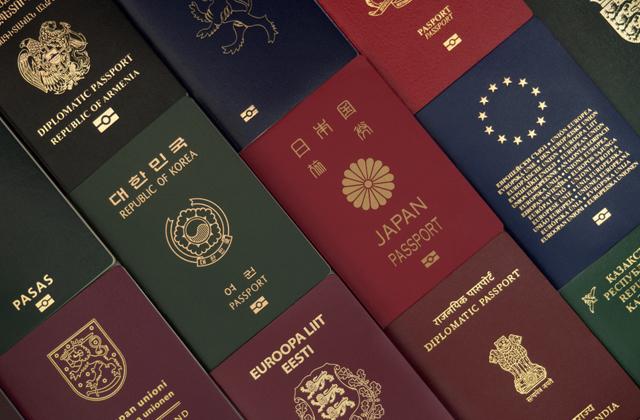 Эксперты рассказали, почему паспорта бывают только четырех цветов