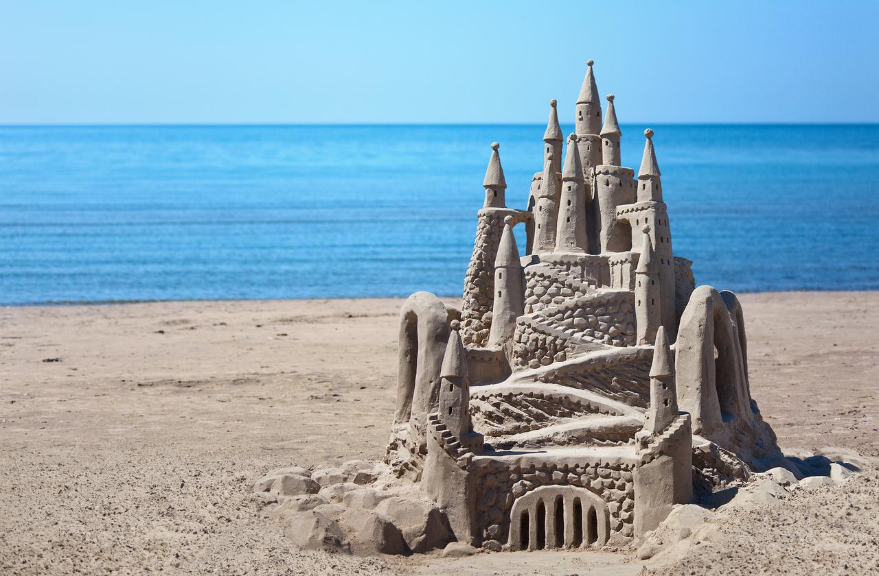 Путешественники смогут арендовать огромный замок из песка