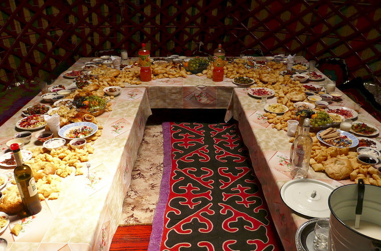 стол в киргизском доме очень низкий