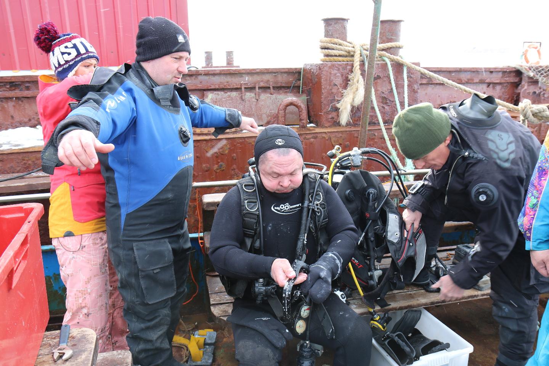 Подготовка оборудования для погружения в холодные воды Баренцева моря