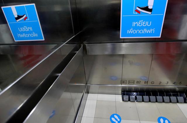 Торговый центр в Бангкоке придумал безопасную замену кнопкам лифта